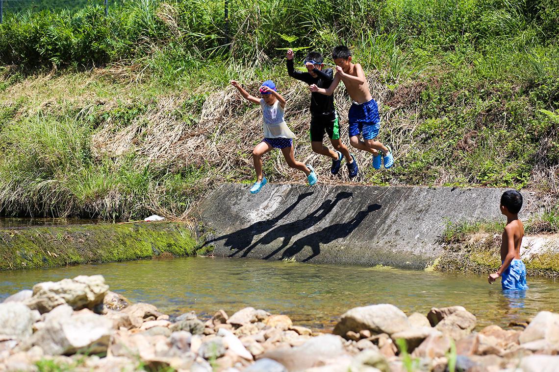 川であそぶ子供達